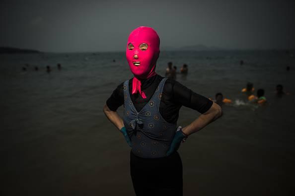 In Cina e Giappone tutti al mare con il volto coperto: è il facekini …