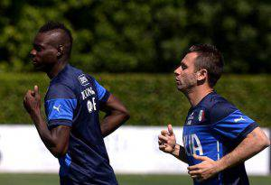 Antonio Cassano e Mario Balotelli (Photo credit should read FILIPPO MONTEFORTE/AFP/Getty Images)