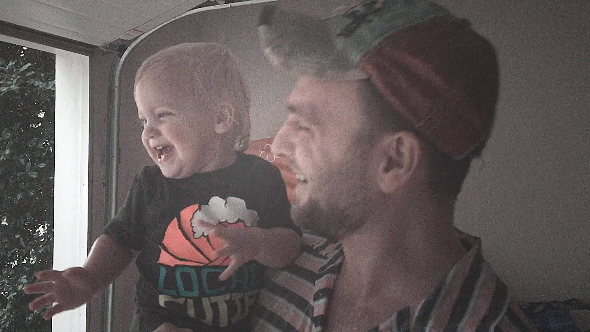 Sotto la pioggia per la prima volta: guardate la reazione della bimba -VIDEO