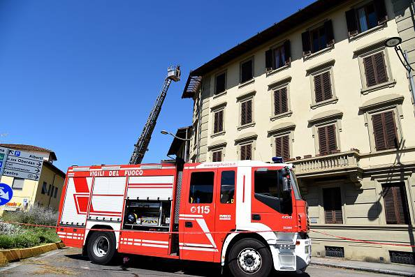 Lancia le due figlie dal balcone: salvate dai pompieri