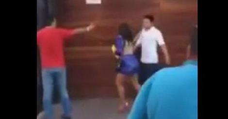 Importuna una ragazza fuori dalla discoteca: la reazione di lei lo manda KO con una mossa da wrestler -VIDEO