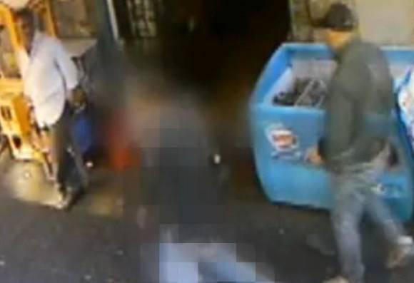 Un momento dell'omicidio (screenshot Youtube)