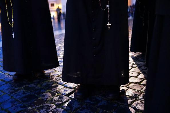 Due rom si fingono preti e chiedono soldi per entrare in Chiesa