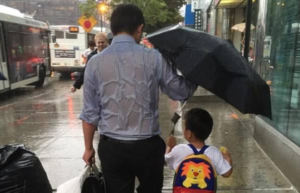 Padre si bagna (foto da Reddit)