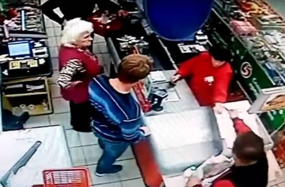 Vittima e aggressore in fila alla cassa (screenshot video)