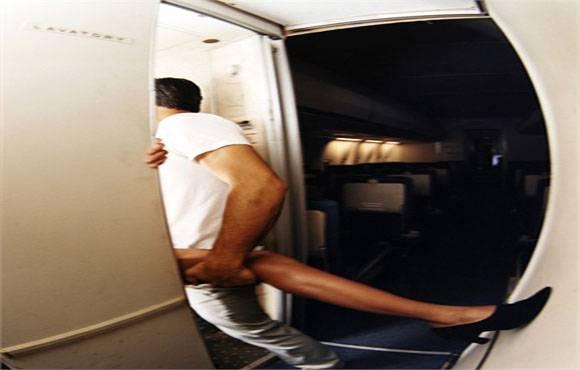 Fanno sesso nel bagno dellaereo: ecco lannuncio del pilota agli