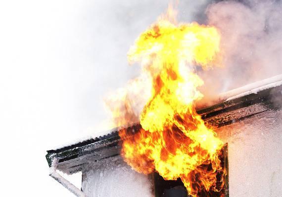 Casa in fiamme (foto The Sun)