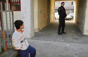 La mamma ai poliziotti, pensateci voi