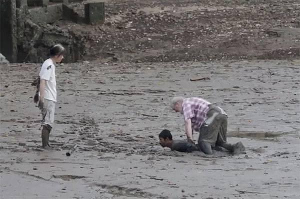 """Un pescatore salva due turisti dal fango. Gli offrono soldi per ringraziarlo """"Non voglio nulla"""""""
