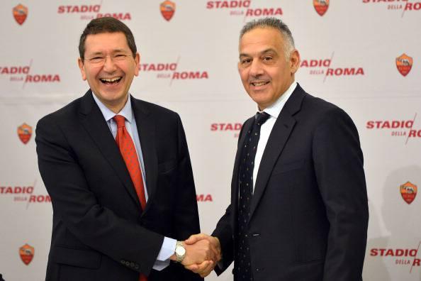 James Pallotta, qui con l'ormai ex Sindaco di Roma Ignazio Marino (Photo credit should read GABRIEL BOUYS/AFP/Getty Images)