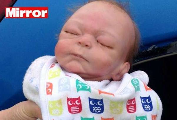 Poliziotti salvano neonato intrappolato in auto. Poi la grande sorpresa…