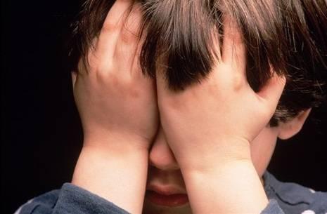 Mamma picchia e minaccia di morte i figli di 3 e 8 anni