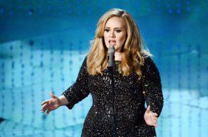 Adele in incognito partecipa a una gara di sue sosia (Video)