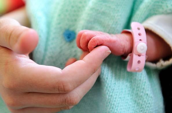 Annuncio shock: Neonata in vendita (Photo credit should read PHILIPPE HUGUEN/AFP/Getty Images)