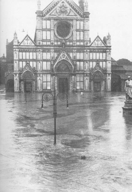 Basilica di Santa Croce devastata dall'Arno (Wikipedia, foto di pubblico dominio)