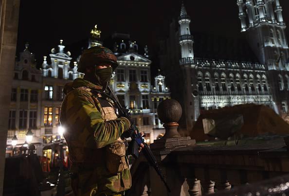 Bruxelles, caccia a Salah Abdeslam: la Grand Place circondata dalla polizia