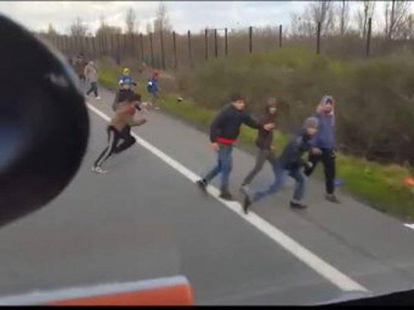 Camionista si dirige contro i migranti in strada  VIDEO