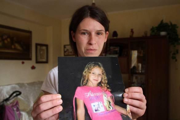 La mamma di Fortuna con una foto della figlia (websource)