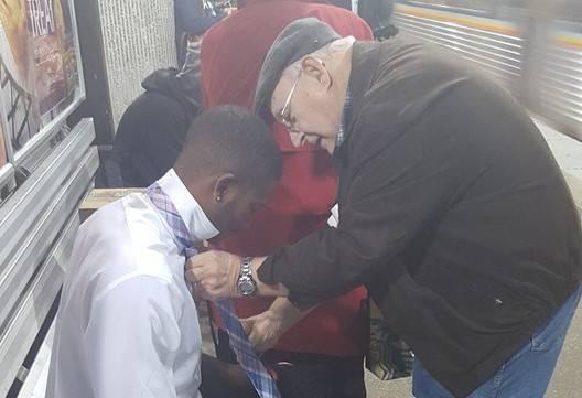 L'anziano insegna il nodo alla cravatta (Facebook)
