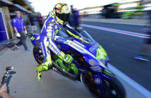 Valentino Rossi in pista a Valencia (JAVIER SORIANO,JOSE JORDAN/AFP/Getty Images)