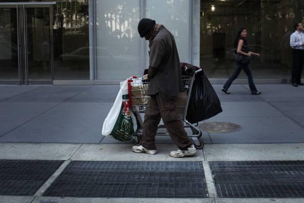Illude un senzatetto promettendogli del cibo e lo umilia -VIDEO