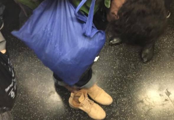 La senzatetto prova le scarpe (foto Facebook)