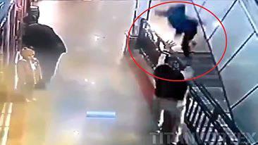 L'eroe che salva una bambino al centro commerciale – VIDEO