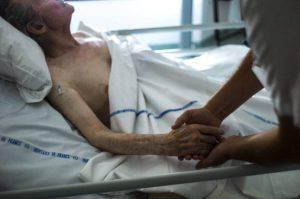 Manda via di casa il padre malato, i Carabinieri lo arrestano