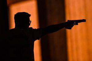 Cena della Vigilia troppo rumorosa, il vicino li minaccia con la pistola