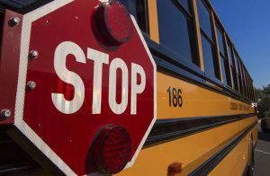 A 12anni si schianta con il motorino contro uno scuolabus