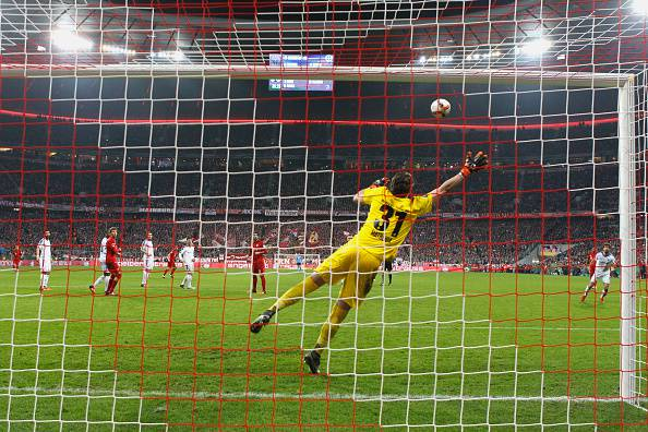 Il gol di Xabi Alonso (Photo by Alexander Hassenstein/Bongarts/getty images)