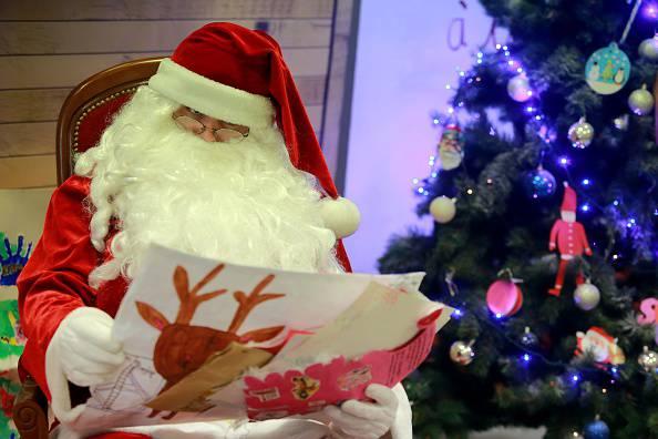 Parroco dice la sua su babbo Natale (Photo credit should read NICOLAS TUCAT/AFP/Getty Images)