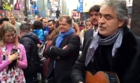 """Bocelli, """"live"""" a sorpresa tra i senzatetto: ecco dove -VIDEO"""