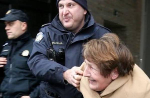 L'arresto dell'anziana (ritaglio video)