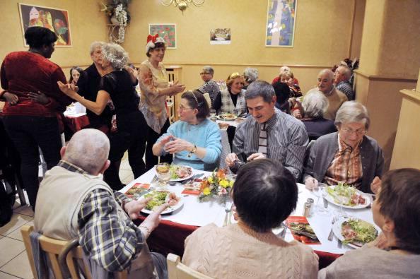 Anziani a un Cenone di Natale (MEHDI FEDOUACH/AFP/Getty Images)