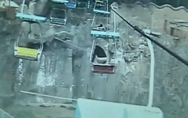 Salta dalla seggiovia e attera nella gabbia delle tigri fonte CCTV