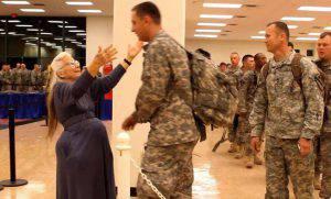 """La """"Signora abbraccio"""" non c'è più, aveva stretto a sé più di 500mila soldati (Video)"""