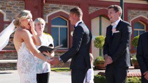 """Il bimbo interrompe il matrimonio: """"Mamma devo fare la pupù"""" (Video)"""