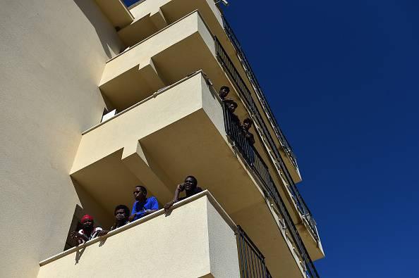 Migranti in un albergo (GABRIEL BOUYS/AFP/Getty Images)