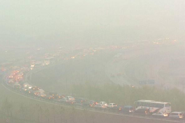 Traffico e nebbia (Getty Images)