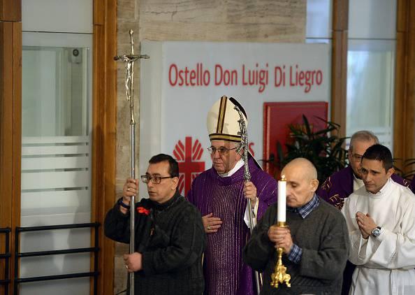 Papa Francesco apre la 'Porta Santa' dei poveri (FILIPPO MONTEFORTE/AFP/Getty Images)