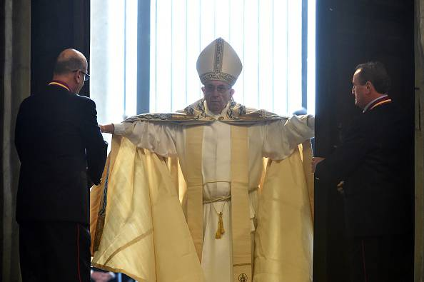 Il Papa apre la Porta Santa (ALBERTO PIZZOLI/AFP/Getty Images)