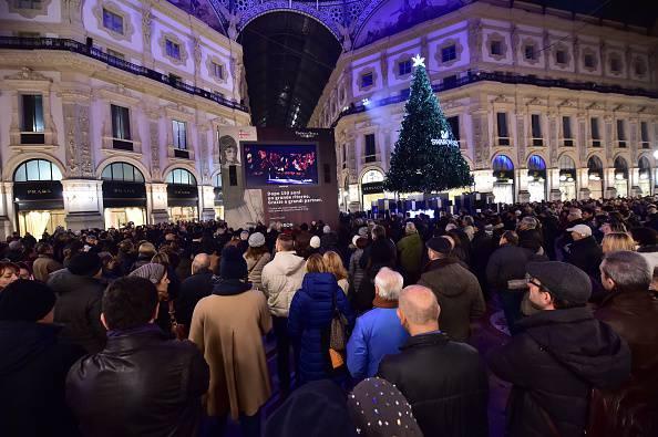 La gente guarda la prima della Scala (GIUSEPPE CACACE/AFP/Getty Images)