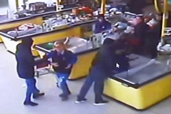 Rapina in un supermercato (ritaglio Youtube)