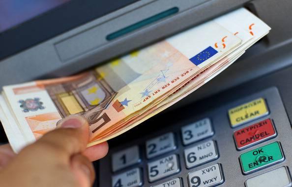 Nel 2017 arriverà in Europa la tassa sul bancomat: ecco quanto  costerà all'anno