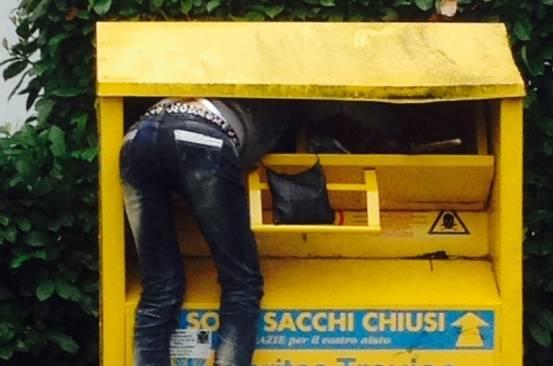 ruba vestiti Un uomo tenta di rubare vestiti da un cassonetto per la raccolta  di indumenti usati (Web) 4ca921783d8