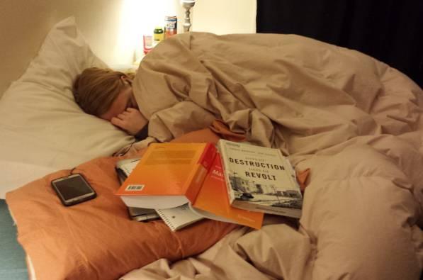 La fidanzata si addormenta sui libri e lui fa questo annuncio…