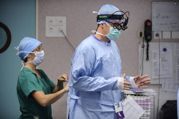 Attende da due settimane di essere operato al femore
