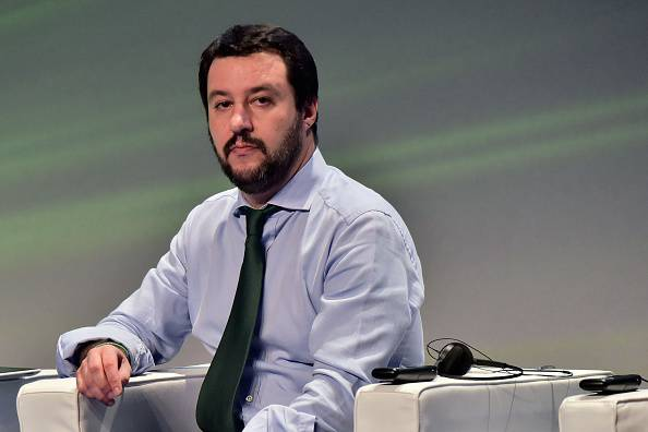 Milan-Inter, Icardi sbaglia il rigore e il milanista Salvini fa un gestaccio VIDEO