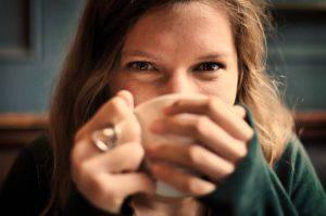 Ragazza che beve il caffè (pixabay=